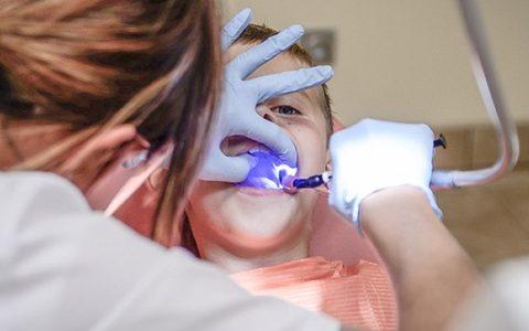 Colegio de Dentistas denunció a megaprestador por sobretratamientos con fines comerciales